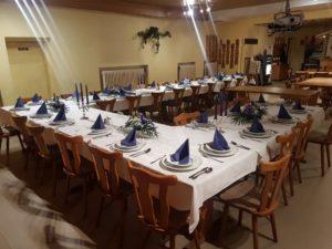 Tisch gedeckt für Feierlichkeiten